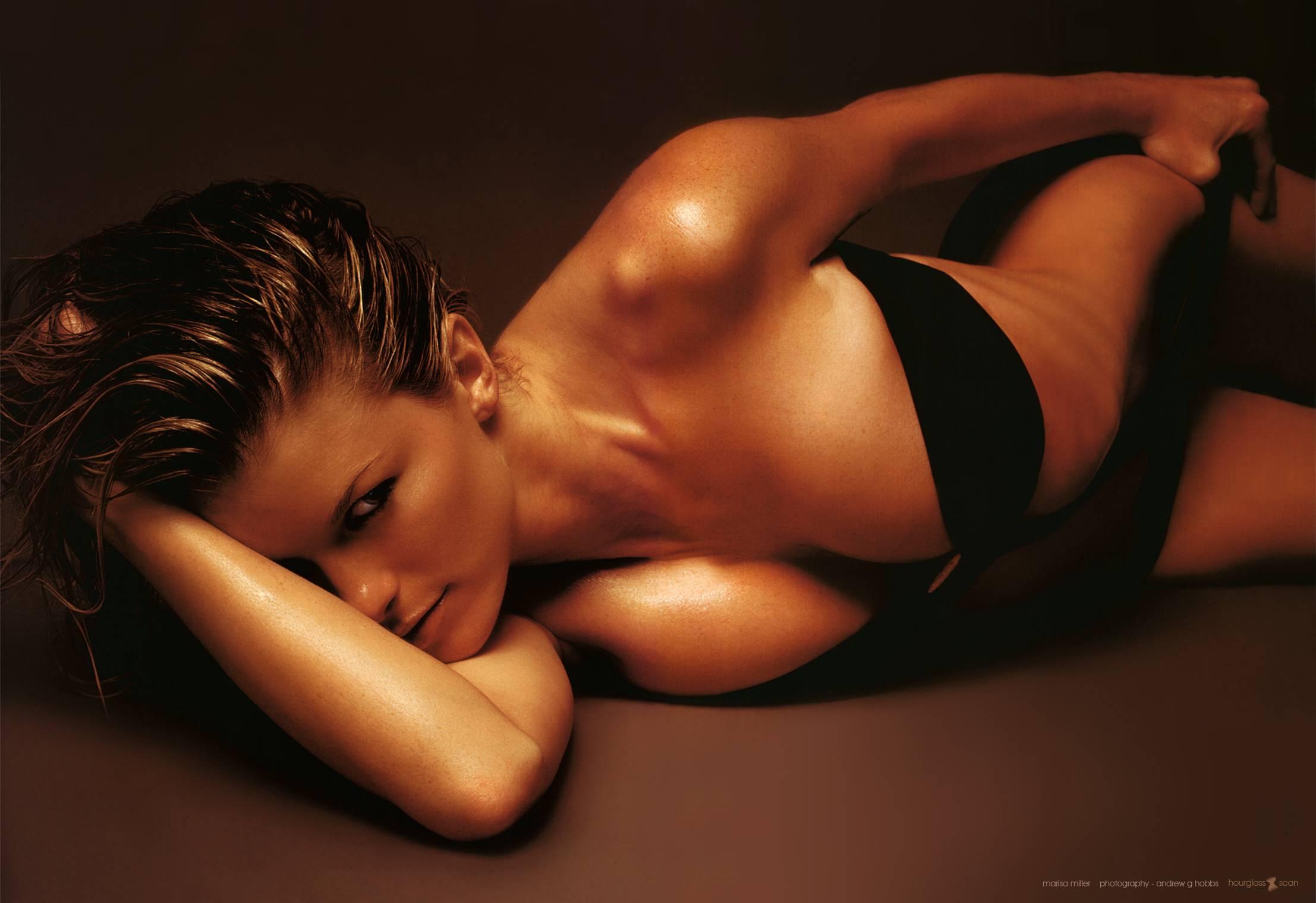 Le top model Marisa Miller fait du basket seins nus